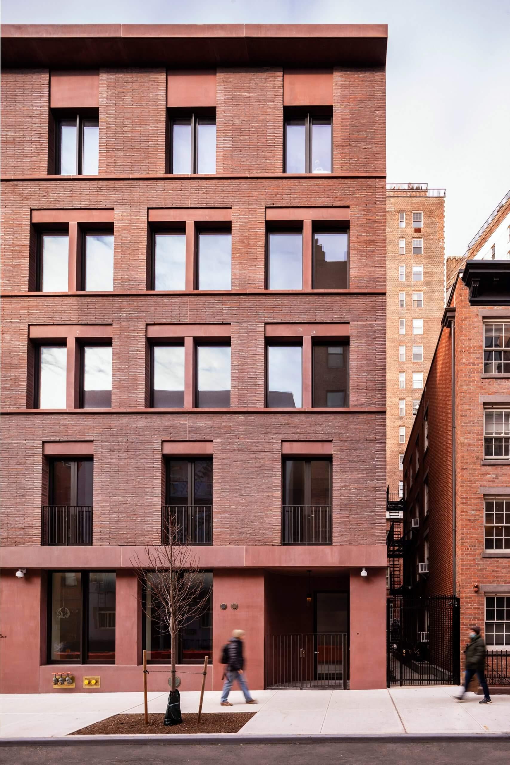 آپارتمانی در نیویورک با نمای خشتی از آجر و بتن رنگی