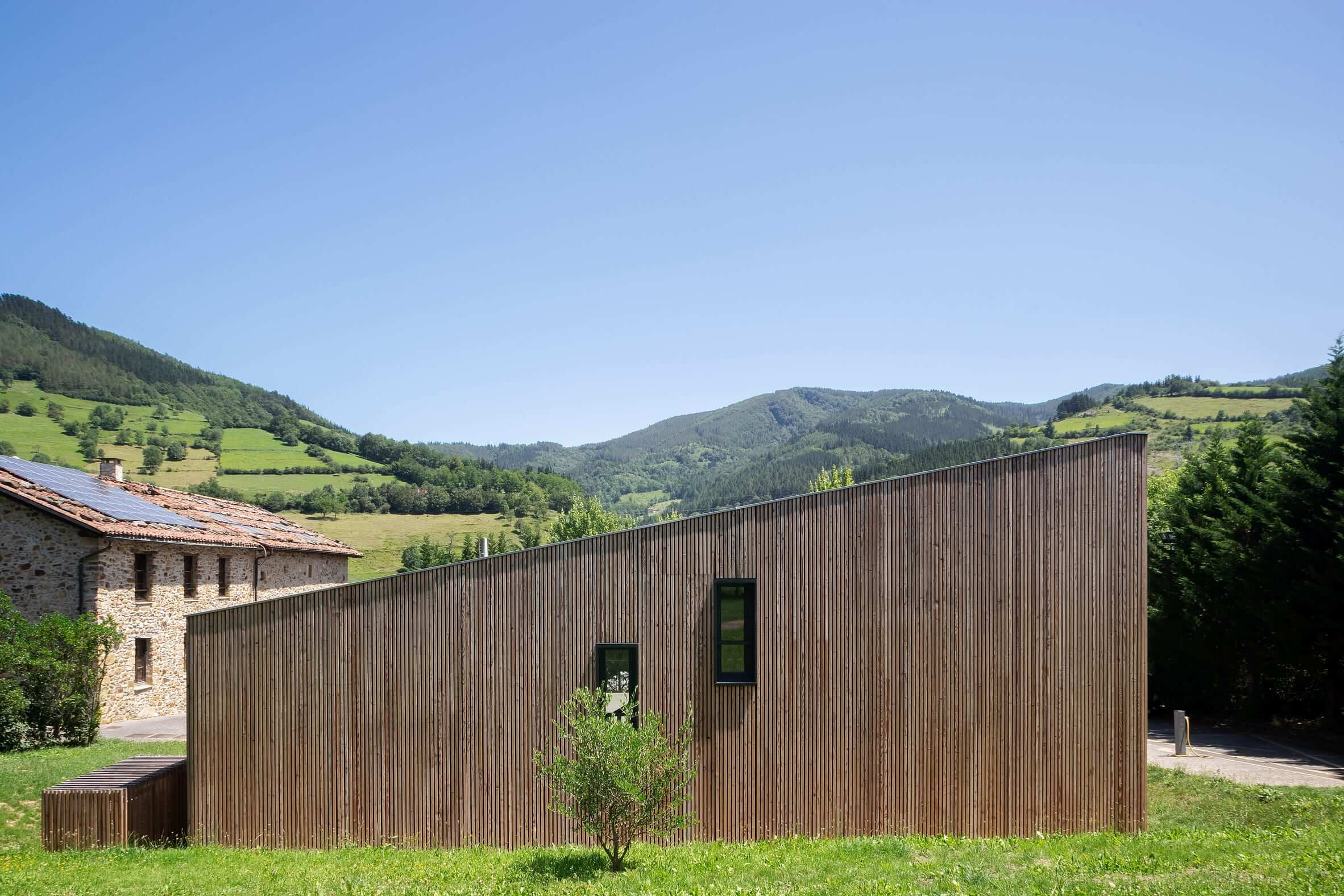 یک خوابگاه چوبی پوشیده در حومه باسک