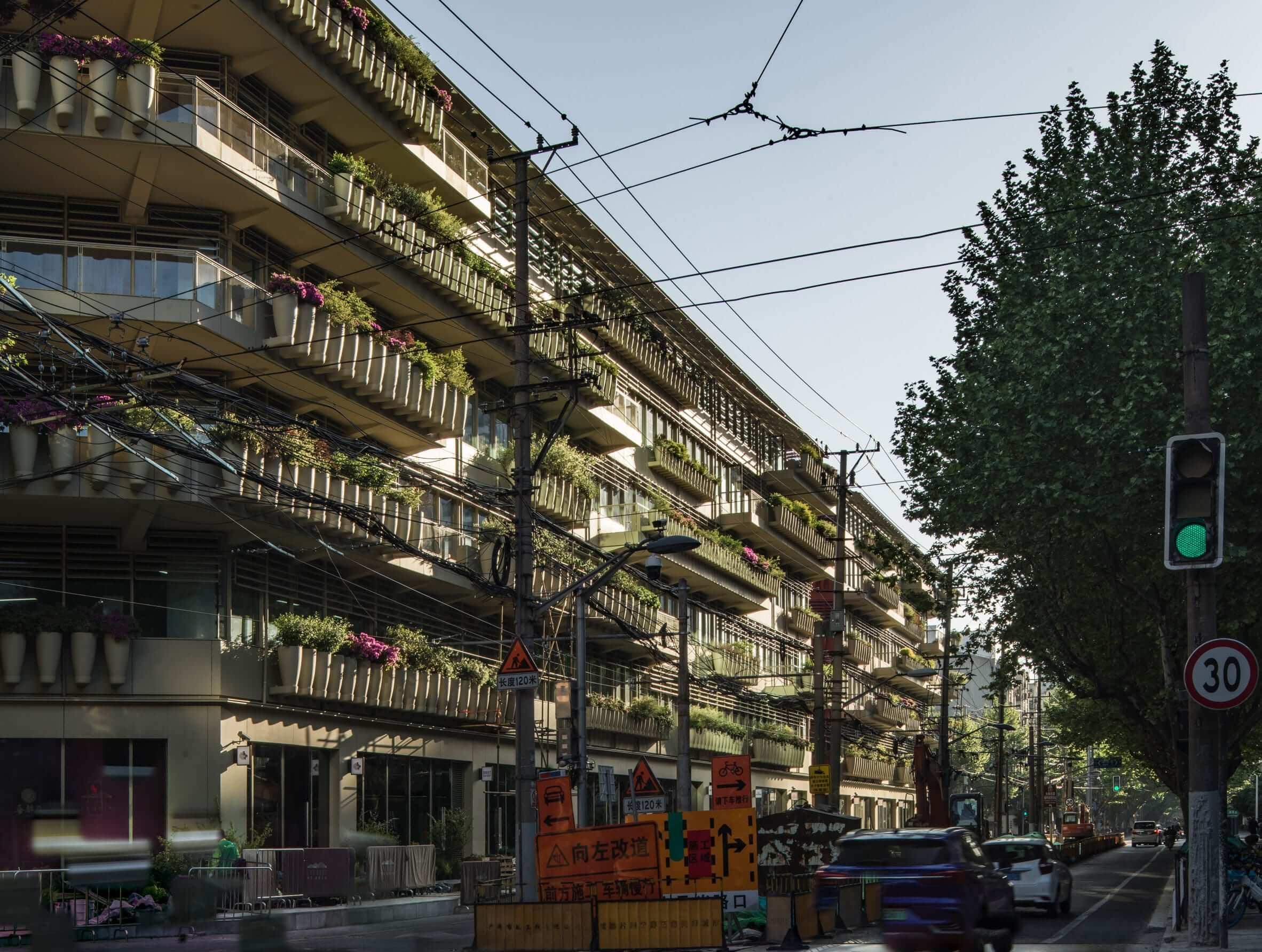 """""""خیابان 1000 شیشه قرمز"""" در شانگهای چین"""