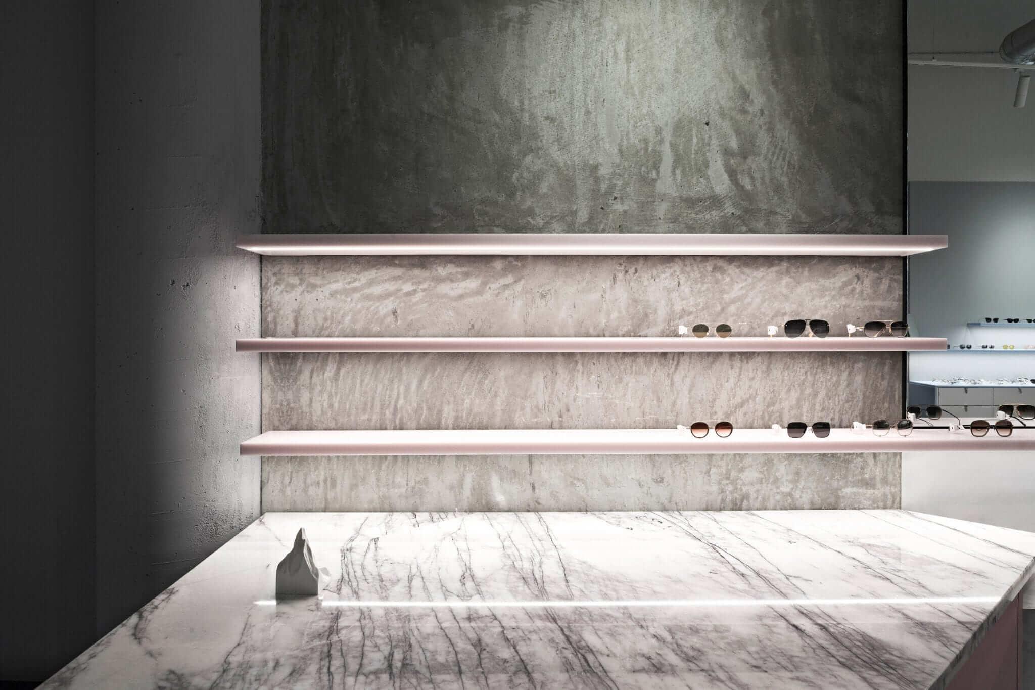 فروشگاه عینک مانند جواهرات در پشت نمای آلومینیومی